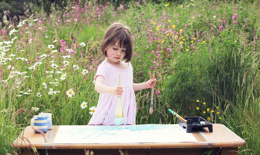 Iris Grace, pintando en un jardin
