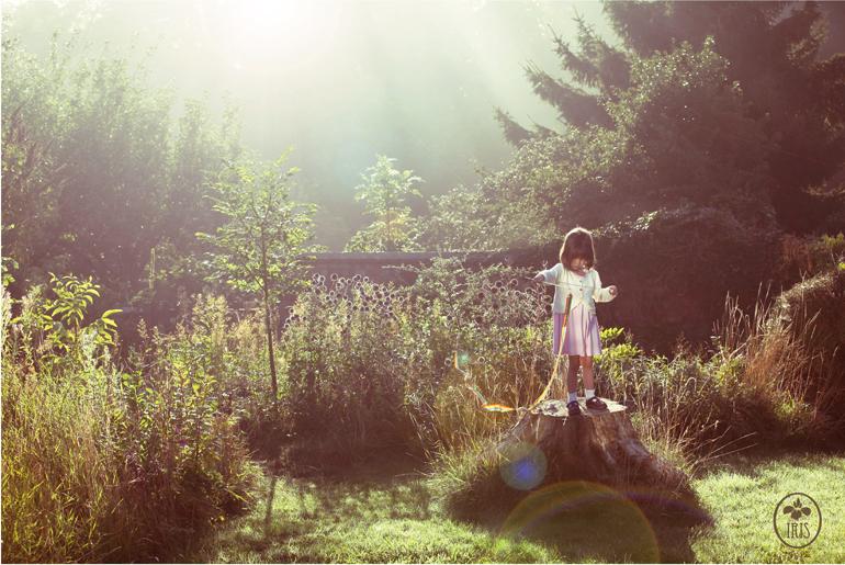 Iris grace jugando en un bosque