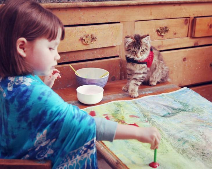 iris grace pintando junto a su gato