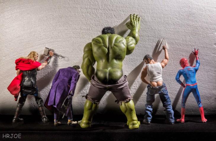 los vengadores orinando la pared y el hombre araña en versión irónica de Edy Hardjo.
