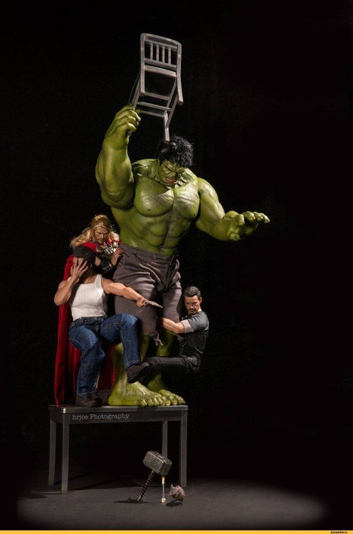 Hulk en versión irónica de Edy Hardjo. tirando una silla a un ratón