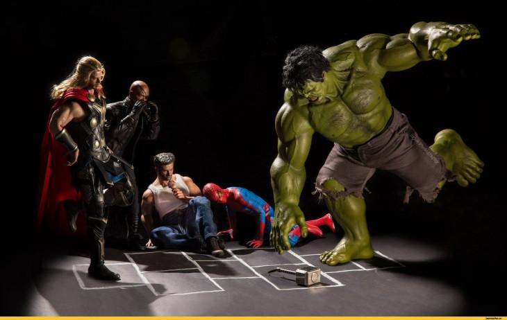 Hulk saltando a la rayuela en versión irónica de Edy Hardjo.