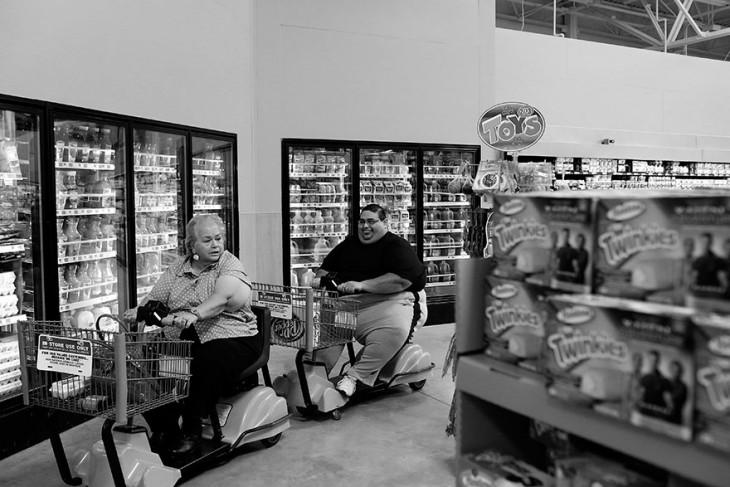 Dos personas con obesidad severa en un supermercado