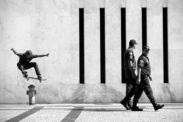 Skate saltando detrás de unos policías en Río de Janeiro