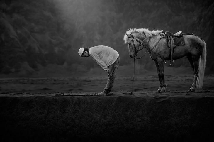 Hombre y caballo rezando