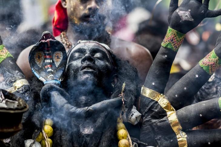 Fotografía de un negro tomada en una celebración Hindú