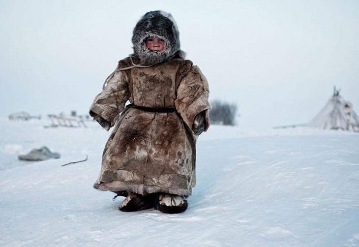 Niño durante el invierno en Siberia