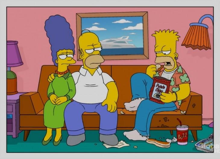 Los simpson en el sofa homero y marge con bart tomando buzz y comiendo snacks