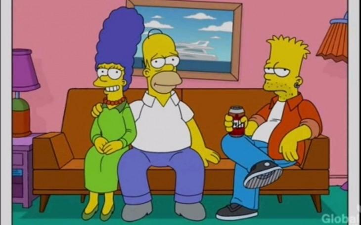 Los simpson en el sofa homero y marge con bart tomando duff