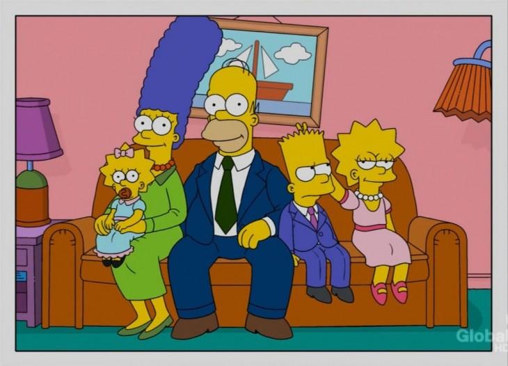 Los simpson sentados en el sofá