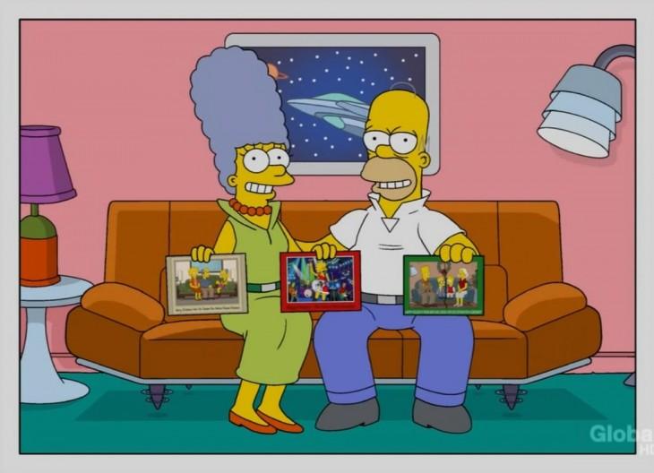 Homero y Marge Simpson en el sofá, con 3 fotografías