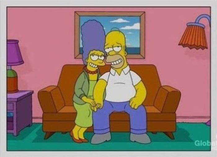 Los simpson Homero y Marge, solos en el sofá