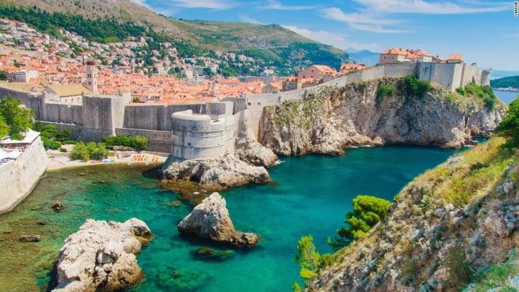 Paisaje de una ciudad en Croacia con un lago entre las casas