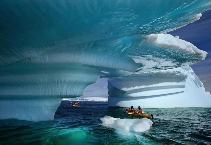 Personas dando un paseo por la Bahía glaciar en Alaska