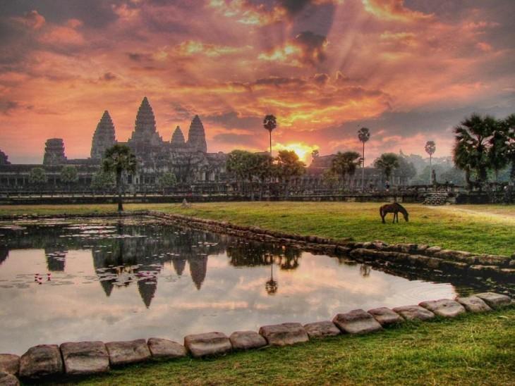Ciudad de cambodia con casas a los lejos y áreas verdes