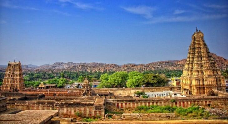 Foto a lo lejos de algunos edificios y áreas verdes de una ciudad de la India