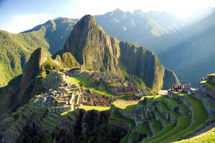 Machu Picchu en peru una toma de lejos donde se muestran áreas verdes