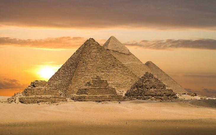 Atardecer en las pirámides de Giza ubicadas en Egipto