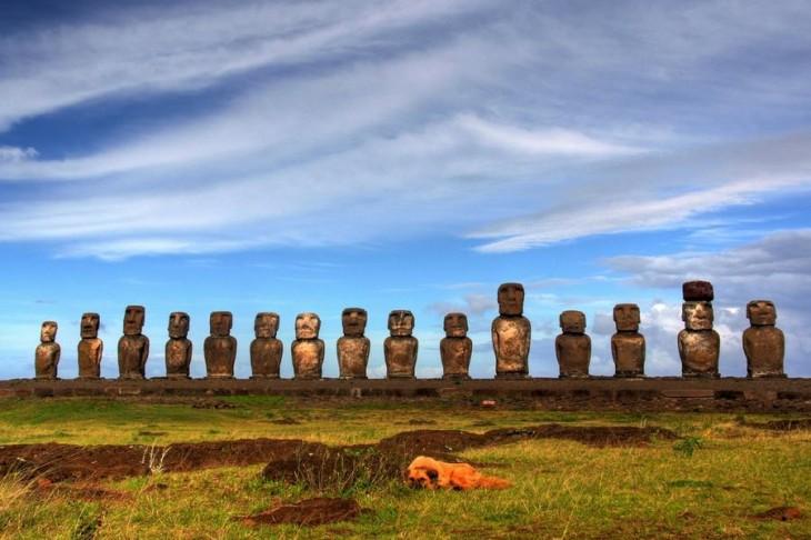 Imagen de un lugar ubicado en Chile llamado Rapa Nui, que consta de unas estatuas de piedra