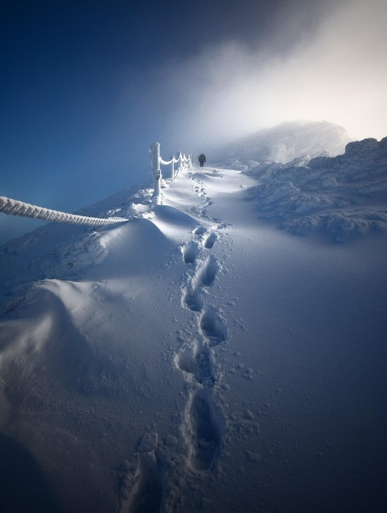 Persona caminando por unas montañas nevadas en Polonia
