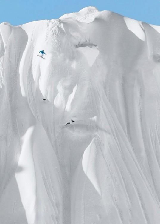 Persona esquiando una montaña nevada en los estados unidos y va descendiendo de las alturas