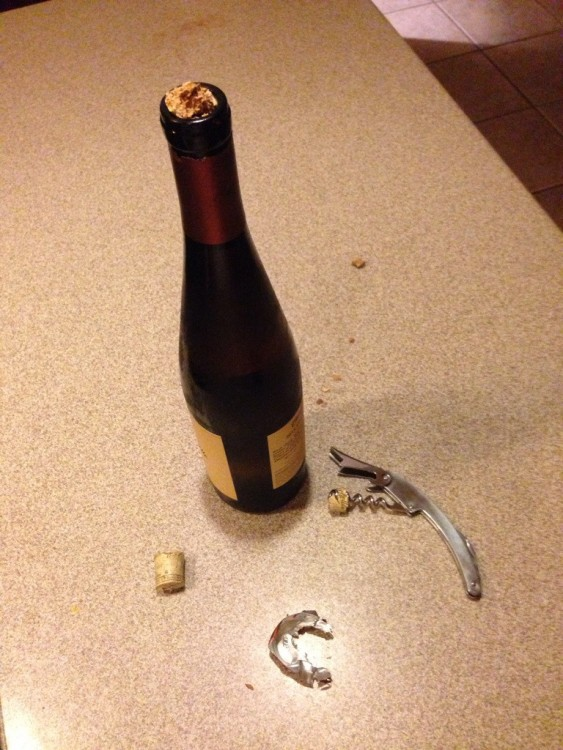 Botella de vino con el corcho roto