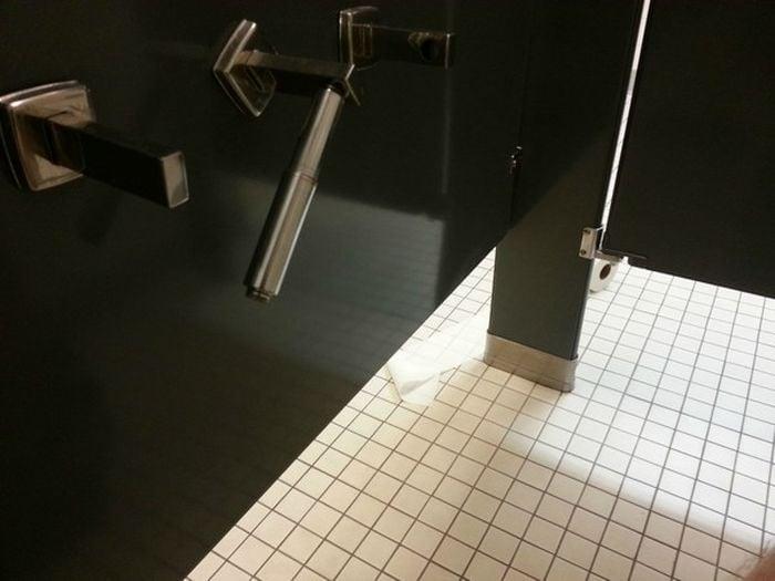 Un rollo de papel higiénico fuera del baño
