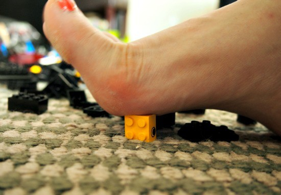 Pie sobre figuras de lego en el suelo