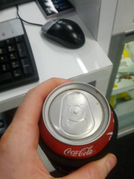 Botella de coca cola sin tapa para abrirse