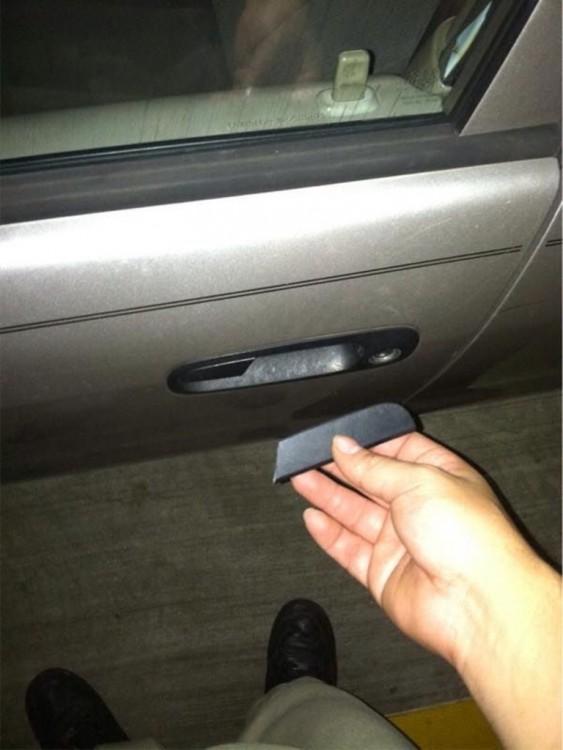 Mano que rompe la manija de un carro