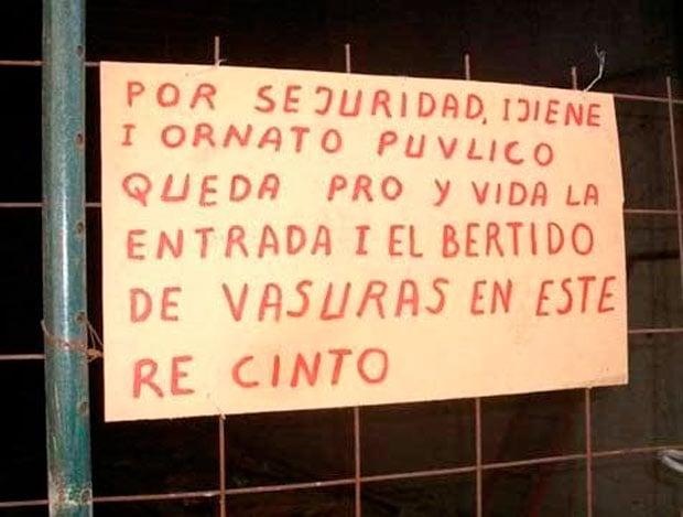 Letrero colgado sobre una malla donde da indicaciones de lo que no esta permitido hacer con muchas faltas de ortografía