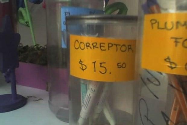Imagen que muestra un bote con correctores y un papel que indica lo que son y su precio