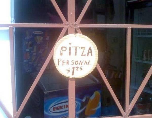Pequeño letrero en forma de círculo pegado en una puerta que dice con mala ortografía que venden pizza
