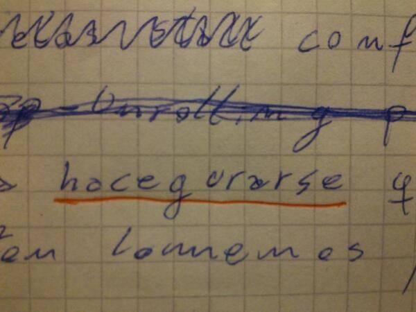 """Foto de una hoja de libreta donde esta escrito """"hacegurarse"""" y subrayado con rojo"""
