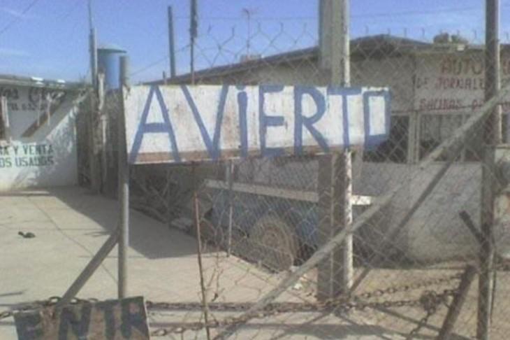 Letrero de madera que dice Avierto