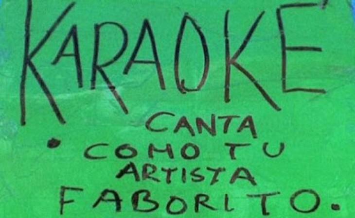 Letrero en color verde que da publicidad al karaoke