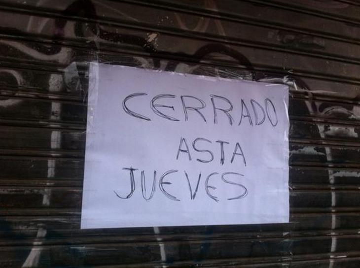 letrero sobre una puerta que indica que estará cerrado