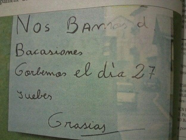 Letrero en una cartulina que dice que un local estará cerrado por que salen de vacaciones