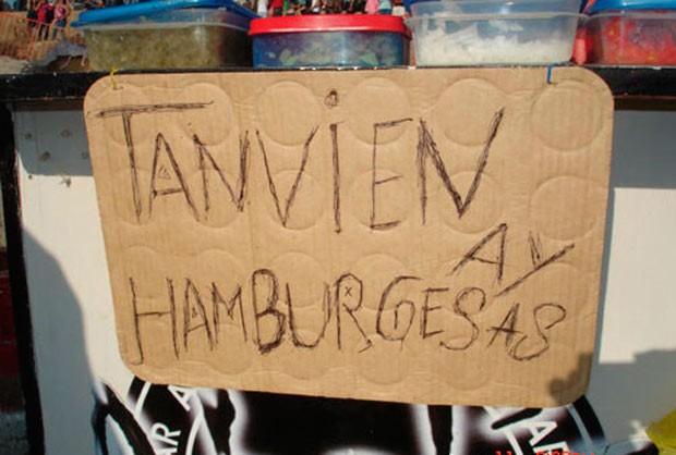 Letrero sobre un cartón con mala ortografía diciendo que si hay hamburguesas