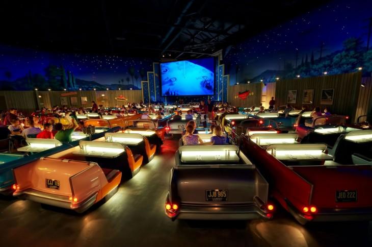 Cine moderno con asientos de carros clásicos