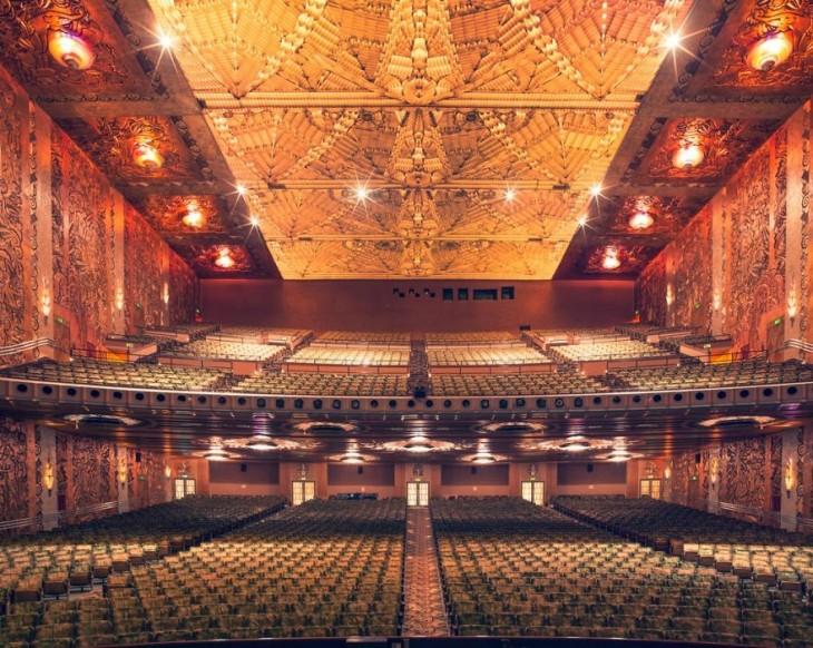 Vista frontal del teatro Paramount en California
