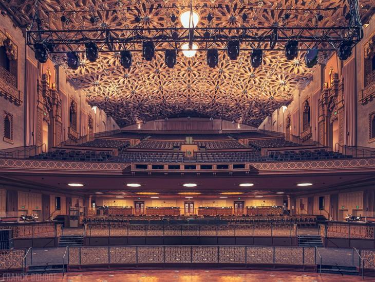 Vista frontal de los asientos y del teatro Fox