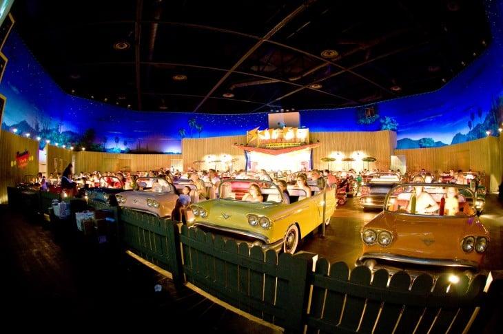 Vista de frente del cine con asientos de carros clásicos