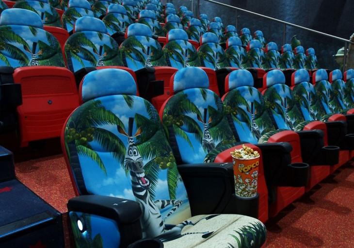 """Asientos del cine santa coloma con diseños de un personaje de la película """"Madagascar"""""""
