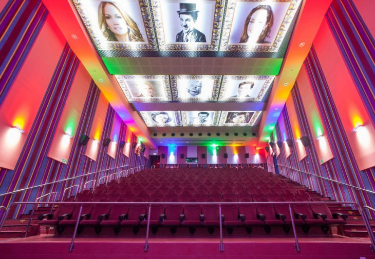 Vista frontal de un cine en Israel con imágenes de diferentes artistas del cine en su techo