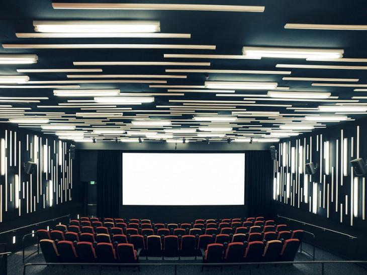 Sala de cine en San Francisco con unas luces y asientos modernos en color blanco y negro