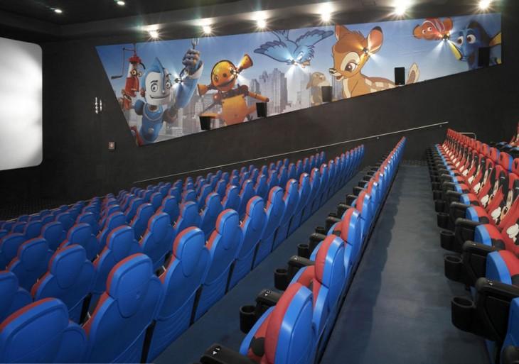 """cine en Portugal con diseños de en paredes de películas infantiles como """"Robots"""" y en los asientos diseños de Mickey Mouse"""