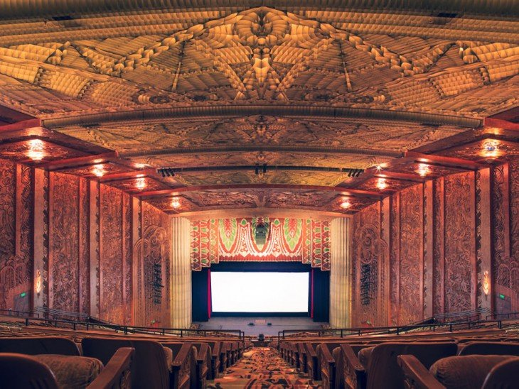 Teatro Paramount en California con un decorado un poco artesanal con estilo moderno