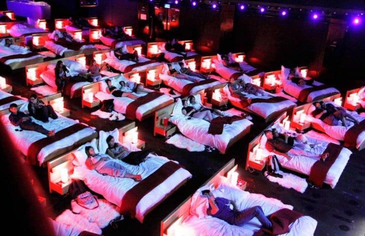 Cine ubicado en Grecia que tiene camas en vez de asientos para disfrutar tu película