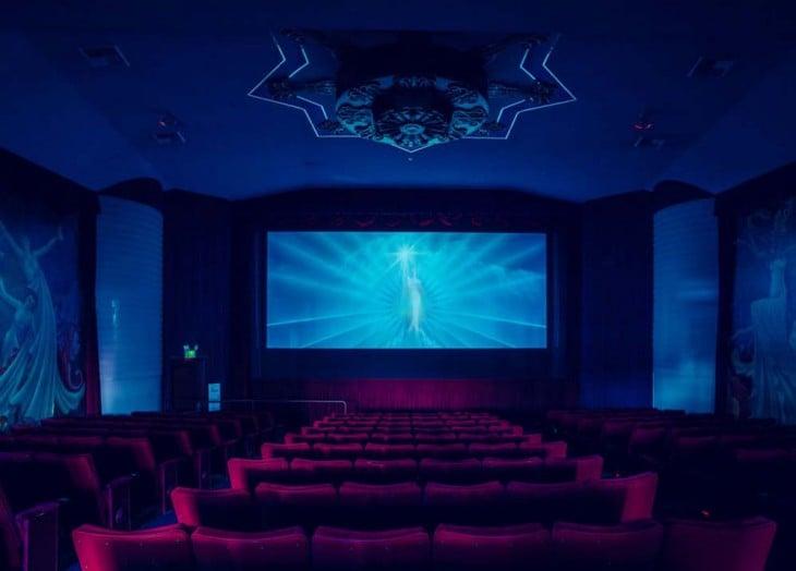 Imagen trasera de un cine en California con un estilo moderno y algunos diseños egipcios (estilo moderno)